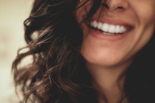 Uśmiechające się usta kobiety