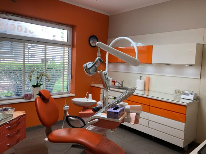 Fotel stomatologiczny zszafkami wtle